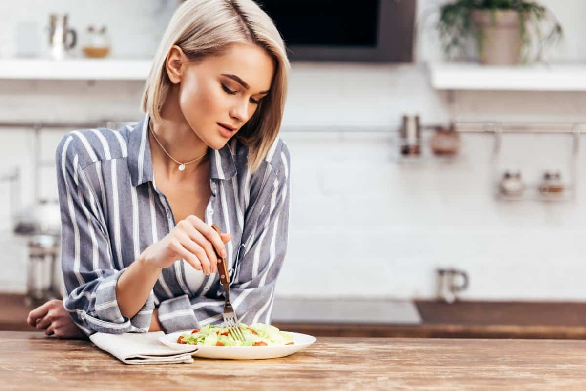 woman eating salad for fat loss