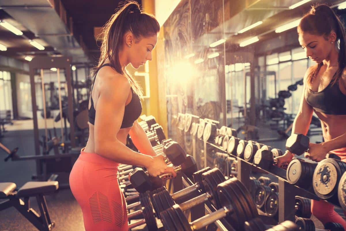 woman with muscle tone lifting weights