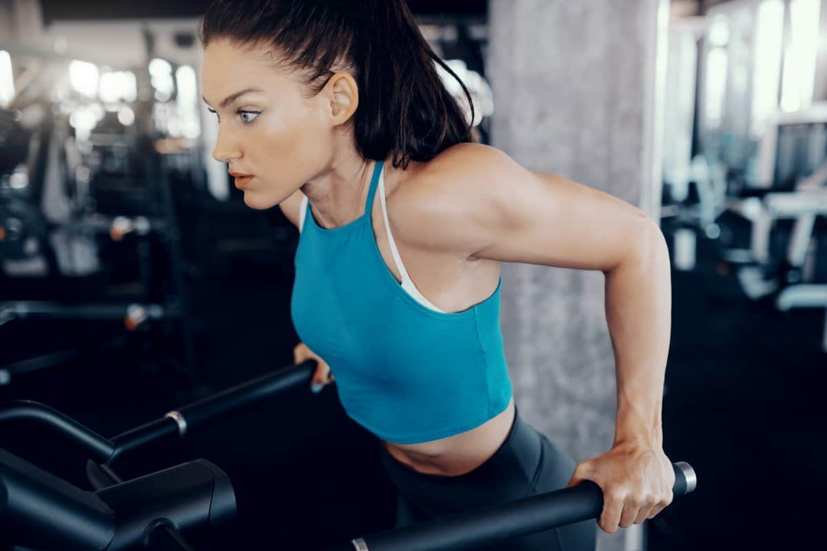 woman doing dips in the gym